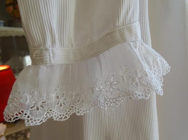 Charmante robe de bébé en piqué de coton & broderie anglaise festonnée