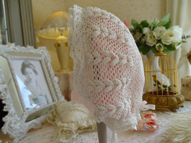 Adorable coiffe d'enfant en dentelle de crochet avec motif laurier, vers1900