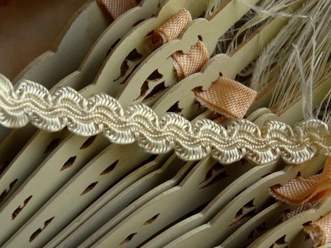 Ancien ruban croquet fantaisie en soie artificielle couleur ivoire en 9mm