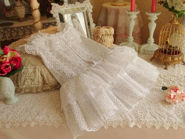 Petite robe de bébé à volants en dentelle faite à la main vers1890