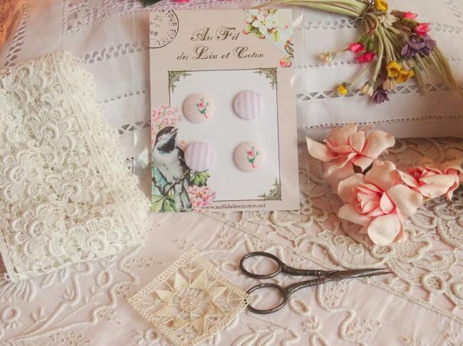 Carte de 4 boutons recouverts de tissu ancien rayé et fleuri rose & blanc 18mm