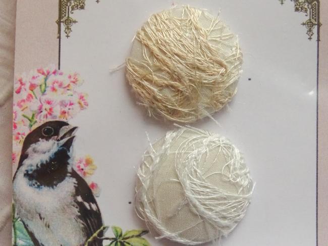Carte de 2 boutons recouverts tissu brodé de fils, écru & blanc 28 mm