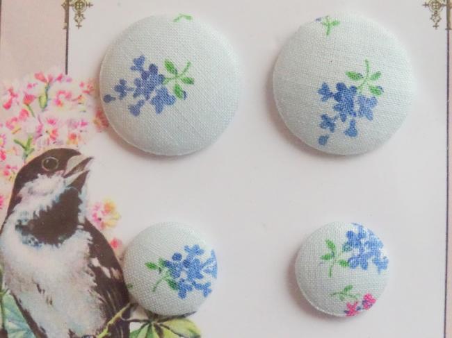 Carte de 4 boutons recouverts de tissu ancien fleuri bleu pâle 16 et 24mm