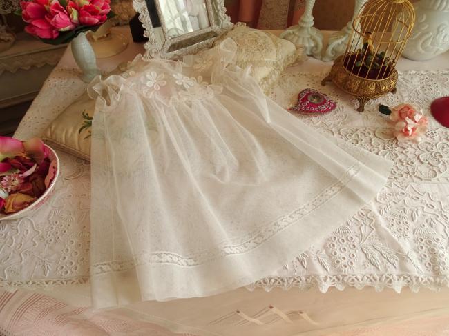 Merveilleuse petite robe en tulle et dentelle, marguerites brodées 1900