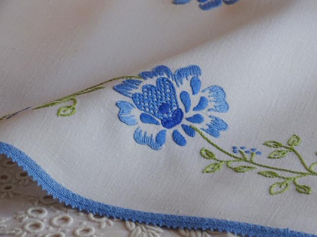 Charmant centre de table, brodé de fleurs bleues et son feuillage vert