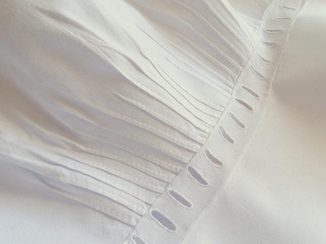 Elégant cache-corset en batiste de lin brodé de rinceaux de fleurs 1900