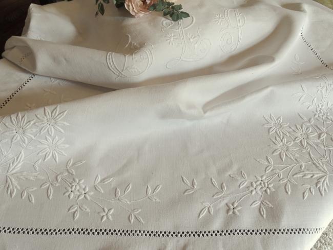 Splendeur de nappe richement brodée de fleurs et monogramme ELG, 1890