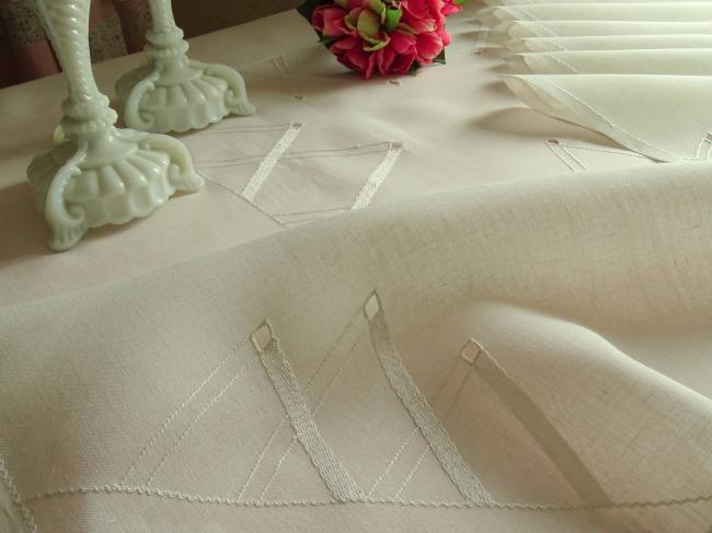 Service ancien avec 6 serviettes en linon de lin écru motif géométrique brodé