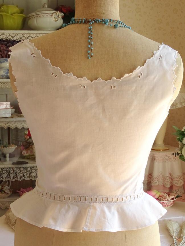 Romantique cache-corset en batiste, brodé de rinceaux de fleurs 1900