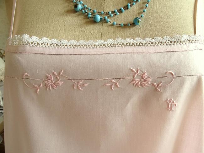 Adorable chemise de jour en fine batiste rose clair brodée & dentelle