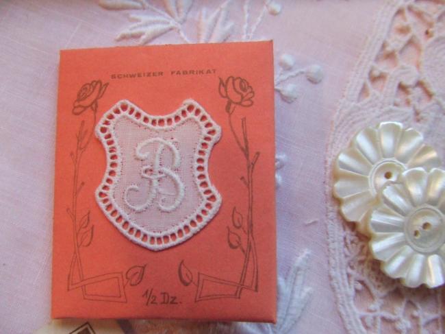 Adorable monogramme B dans un cartouche ajouré de fine batiste 1900-20