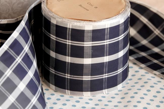 Ancien ruban satiné tissé écossais bleu marine/blanc 1930, en 70mm