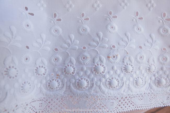 Magnifique bas de jupon brodé d'une multitude de petites fleurs & dentelle 1890