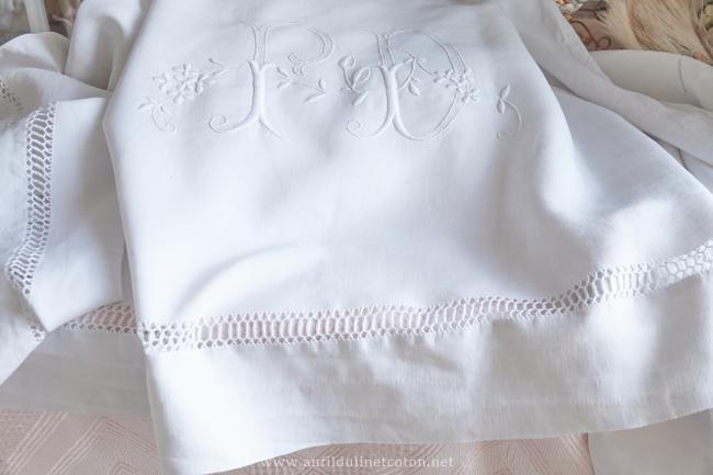 bordure de drap en pur fil avec grand monogramme et rivière ajourée