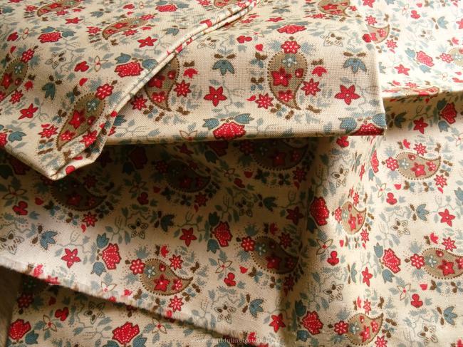 Coupon de coton à fond beige et motif fleuri rouge et bleu canard