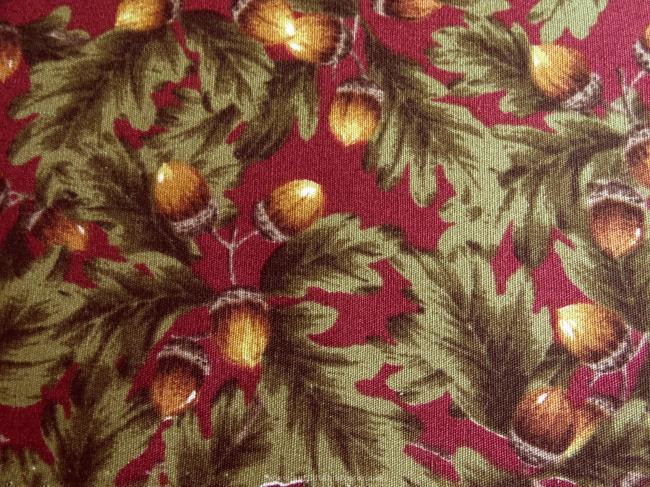 Coupon de coton à fond rouge foncé et motif glands et feuilles de chêne