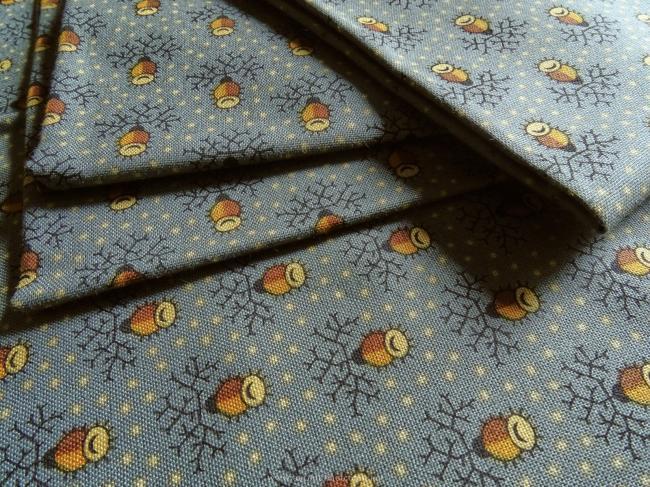 Coupon de coton à fond gris bleu et motif glands stylisé et petits pois moutarde