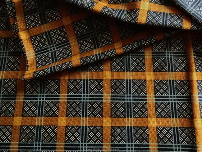 Coupon de coton à fond gris bleu & noir motif à carreaux vieil or