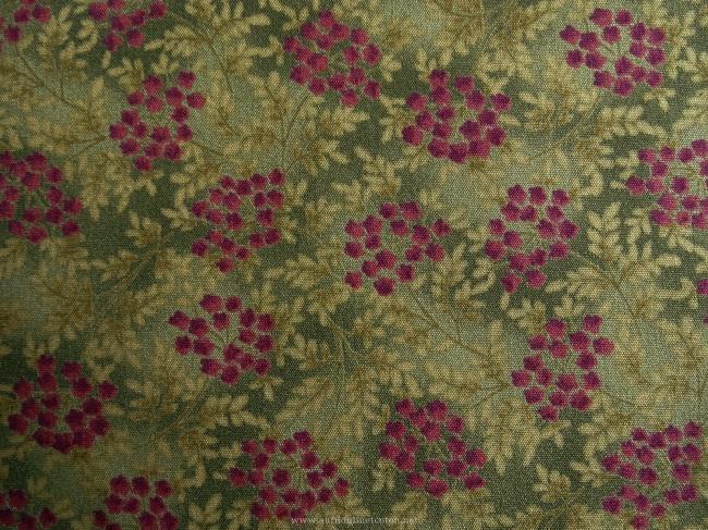 Coupon de coton à fond vert foncé avec motif de petites fleurs framboise