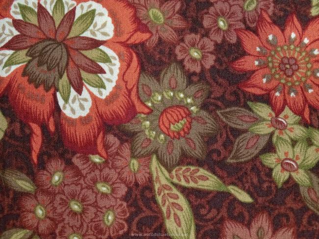 Coupon de coton à fond marron foncé avec motif de fleurs rouge rouille et sauge