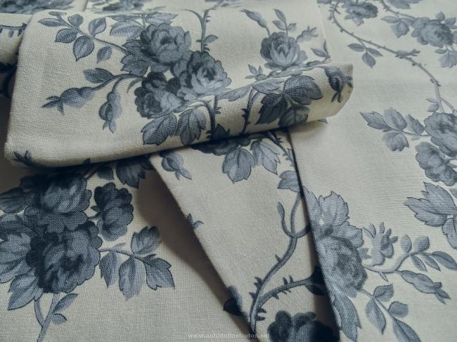 Coupon de coton à fond écru avec motif de roses couleur gris-encre de chine