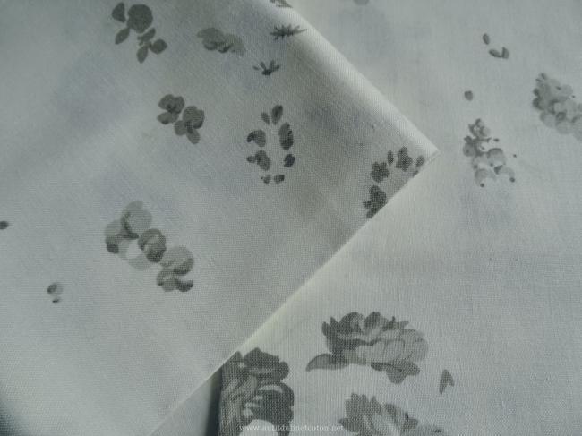 Coupon de coton à fond écru avec motif fané de roses anciennes sauge