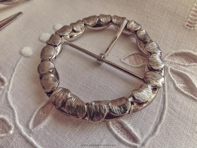 Jolie boucle de ceinture ronde en métal argent vieilli en laiton Ø 5.4cm
