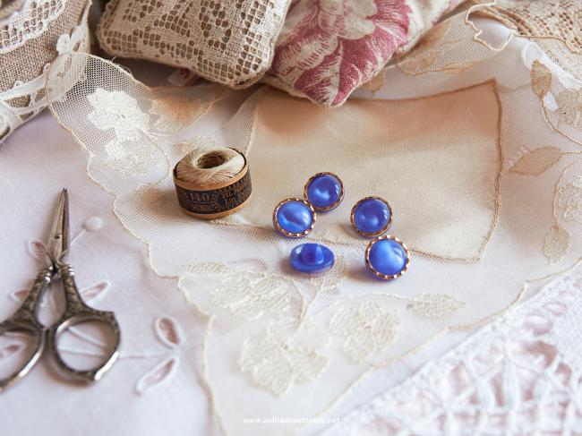 Magnifique bouton bombé en verre, bleu translucide et liseré d'or, 14mm