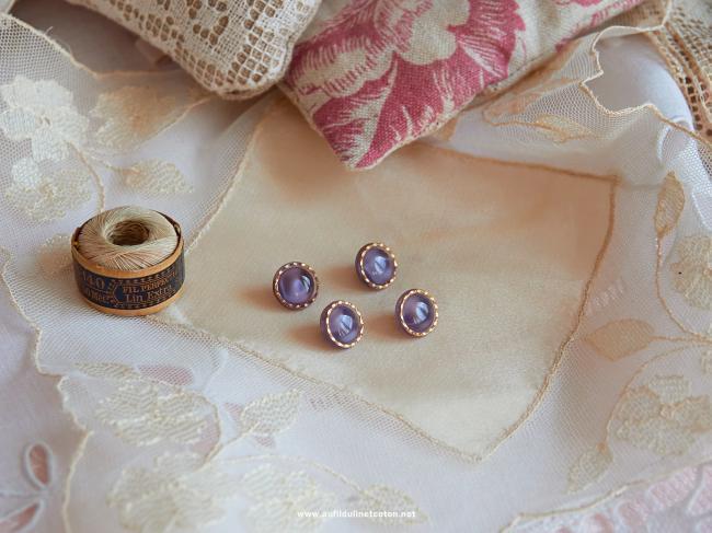 Magnifique bouton bombé en verre, bleu translucide et liseré d'or, 11mm