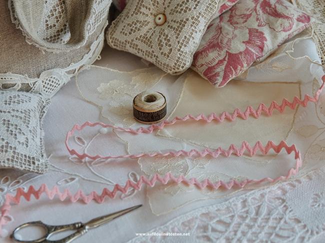 Très joli ancien galon croquet de couleur rose en coton (10mm)