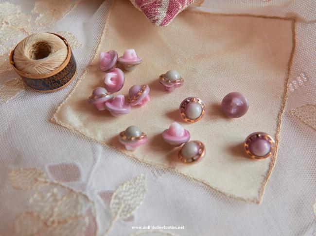 Magnifique petit bouton bombé en verre, gris & rose avec chaîne d'or, 11mm