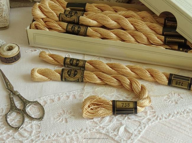 Echeveau coton perlé DMC, n°5  Crème Sahara  (nuance n°738)