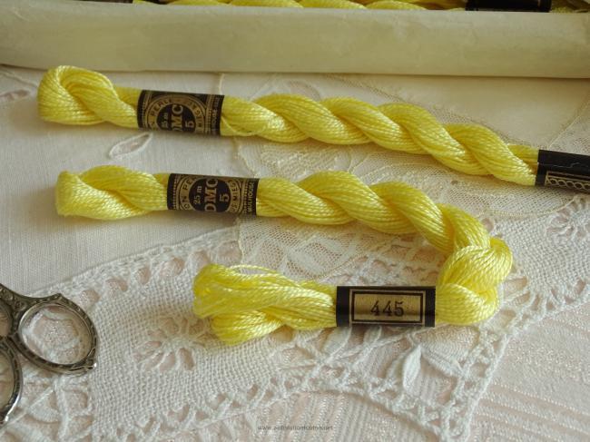 Echeveau coton perlé DMC, n°5  Jaune Soufre (nuance n°445)