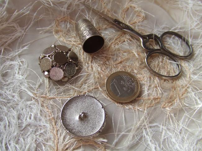 Moyen Bouton de créateur en module motif de pastilles et  strass métallisé