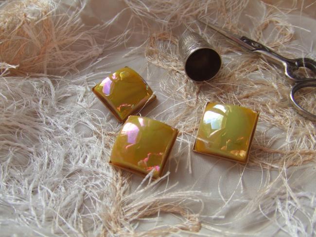 Superbe grand bouton carré en pate de verre jaune irisé sur support doré