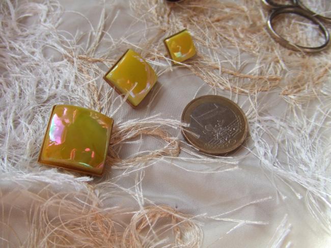 Superbe moyen bouton carré en pate de verre jaune irisé sur support doré