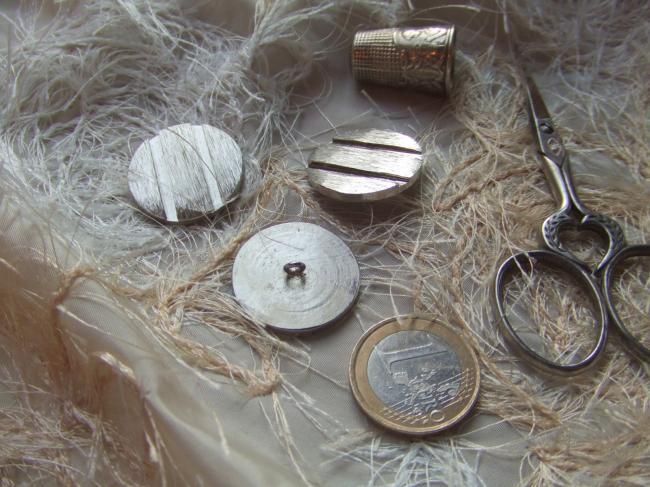Grand bouton de créateur en acier ciselé, style jeton de machine