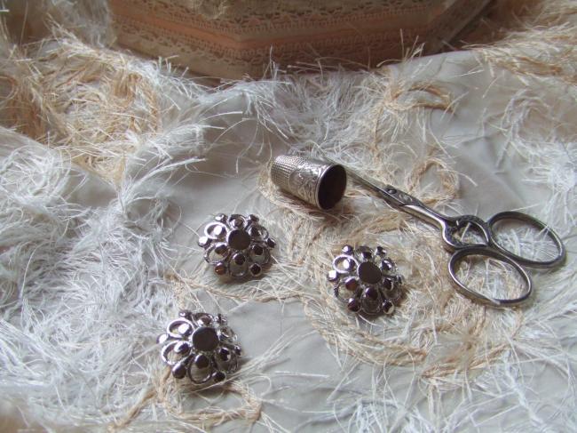 Moyen Bouton de créateur en forme de fleur stylisée en métal argenté