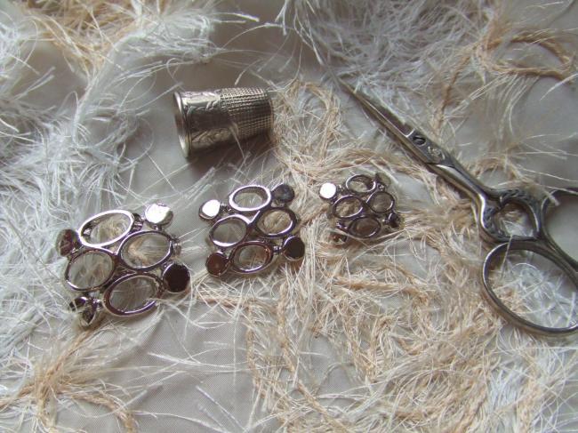 Moyen Bouton de créateur rectangulaire motifs ronds & pastilles en métal argenté