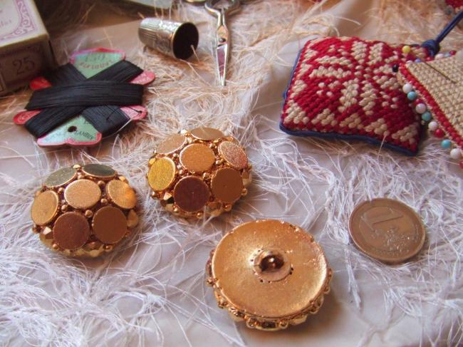 Grand Bouton de créateur en module motif de pastilles et  strass métallisé doré