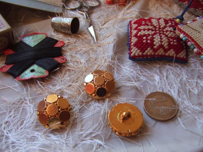 Petit Bouton de créateur en module motif de pastilles et  strass métallisé doré