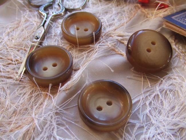 Gros boutons ronds en imitation corne avec une cuvette au centre (taille 28)
