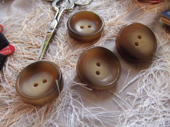 Gros boutons ronds en imitation corne avec une cuvette au centre (taille 26)