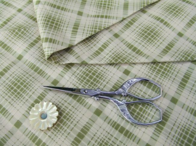 Coupon de coton à fond écru avec motif quadrillé vert tilleul