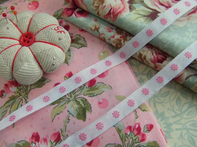 Joli ruban en coton blanc tissé de petites marguerites roses (11mm)